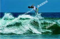 冲在浪尖上的印度尼西亚少年